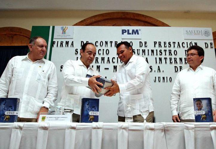 Recibe el Gobernador los primeros volúmenes del documento. (Milenio Novedades)