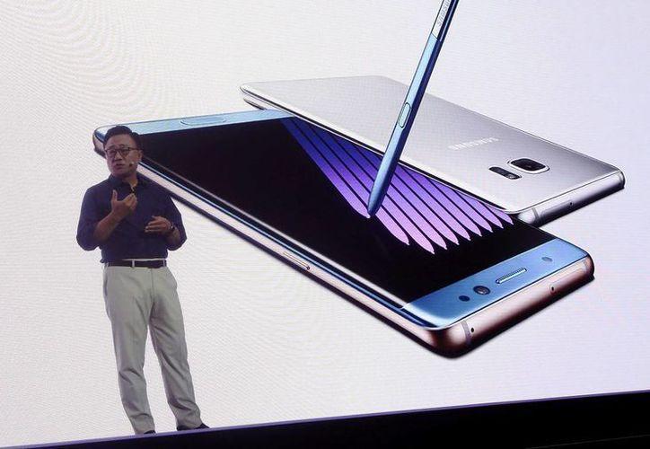 Fotografía facilitada el 11 de agosto de 2016, muestra al director de la división de telefonía móvil de Samsung, Koh Dong-jin, durante la presentación del Galaxy Note 7 en la sede de la compañía en Seúl, Corea del Sur. (EFE)