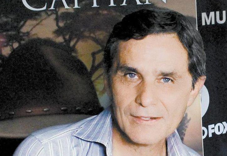 El actor realiza dos personajes en la serie acerca de la vida del capitán Carlos Camacho. (Milenio)