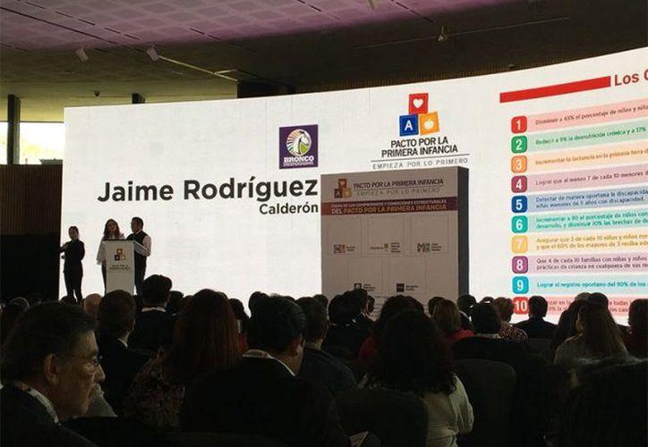 """Jaime Rodríguez Calderón, """"El Bronco"""", se dio el tiempo para firmar un compromiso en el Papalote Museo del Niño. (excelsior.com)"""