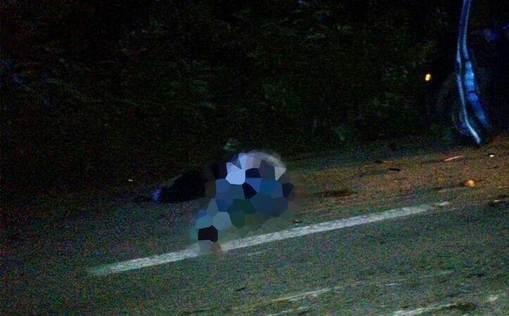 El cuerpo del motociclista quedó en el pavimento, luego del trágico accidente. (Milenio Novedades)