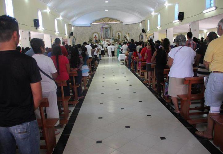 Cientos de fieles católicos que se congregaron para celebrar la resurrección del Hijo de Dios. (Rossy López/SIPSE)