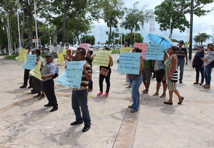 Tutores de la comunidad La Pantera se manifestaron frente al Palacio de Gobierno, donde les indicaron que a más tardar el 15 de noviembre se comprarían los libros. (Joel Zamora/SIPSE)