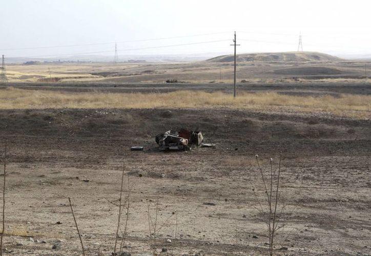 Vista de un vehículo del Estado Islámico bombardeado en Mosul, Irak. (Archivo/EFE)