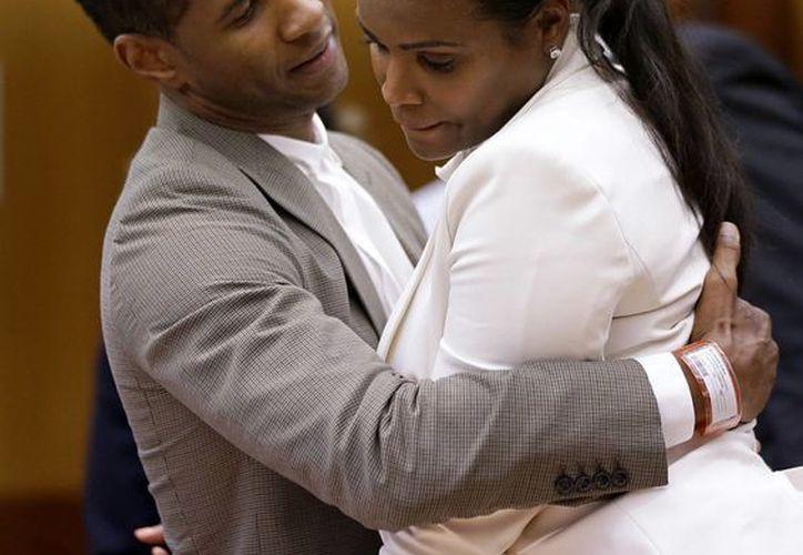 Usher abraza a su exesposa en la Corte Superior del Condado de Fulton. (Agencias)