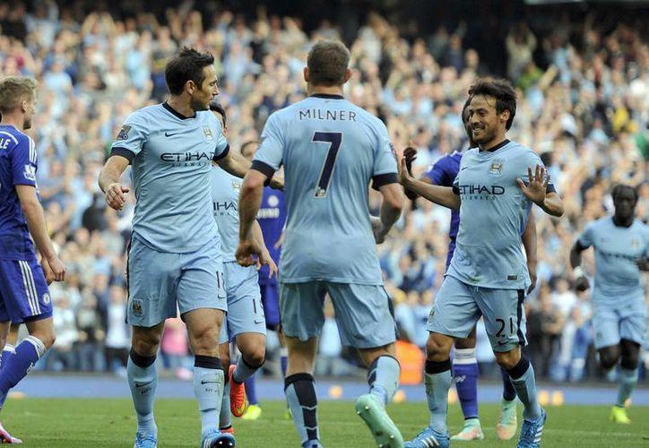 Frank Lampard (i) celebra sin aspavientos con sus compañeros James Milner (c) y David Silva tras dar el empate al Manchester City ante su ex equipo, el Chelsea, en la Liga Premier. (Foto: AP)