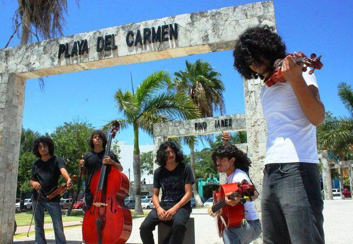 El quinteto chiapeneco VinaHell conquista a los turistas y locales en Playa del Carmen. (Daniel Pacheco/SIPSE)