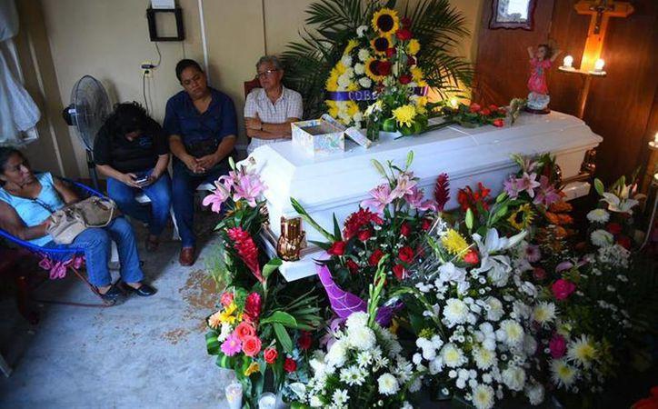El domingo, los restos de Génesis Deyanira Urrutia Ramírez llegaron a su casa, en Jáltipan, Veracruz, donde fueron velados por familiares. (EFE)