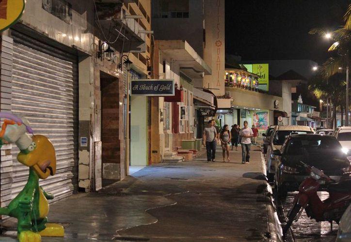 Pasajeros de trasatlánticos recorren de noche la ciudad en busca de entretenimiento. (Gustavo Villegas/SIPSE)