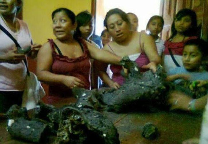 Mujeres de la comunidad de Ichmul muestran los supuestos fragmentos de un ovni. (sinembargo.mx)