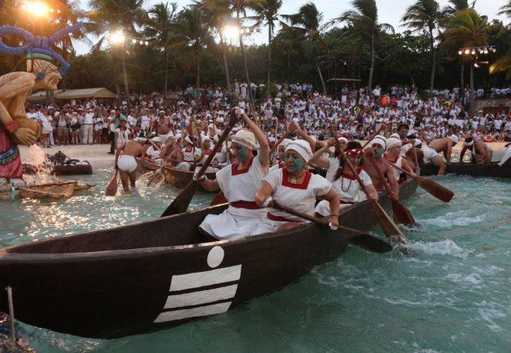 Los caoneros de la Travesía Sagrada Maya partieron ayer desde Xcaret con rumbo a Cozumel. (Adrián Barreto/SIPSE)