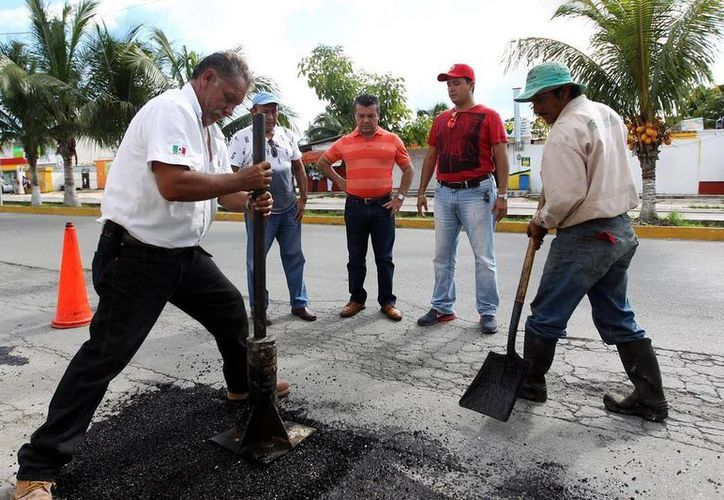 Cuatro brigadas del ayuntamiento realizan labores de bacheo en diversos puntos del municipio.  (Redacción/SIPSE)