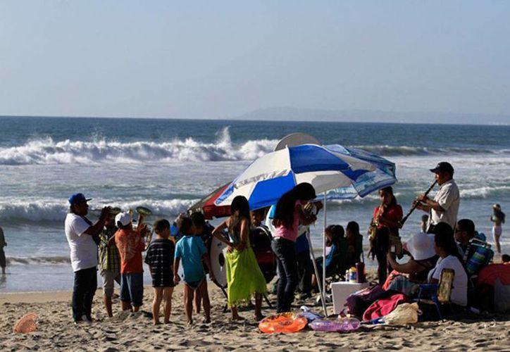 Las altas temperaturas que se registran en buena parte del país han propiciado buena afluencia a las playas; la imagen corresponde a Tijuana, Baja California. (NTX)