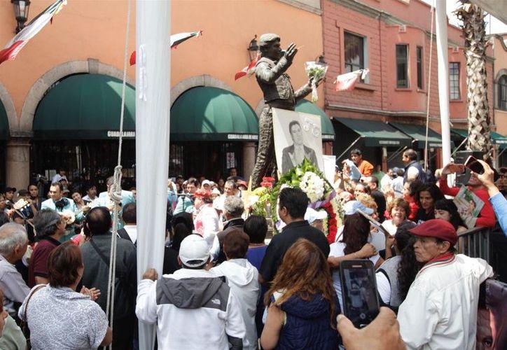 Los seguidores del Divo de Juárez animaron el ambiente con canciones y baile (La Jornada)