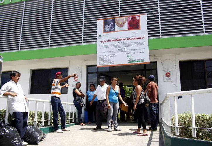 Pacientes afectados se manifestaron a las puertas del hospital. (Christian Ayala/SIPSE)