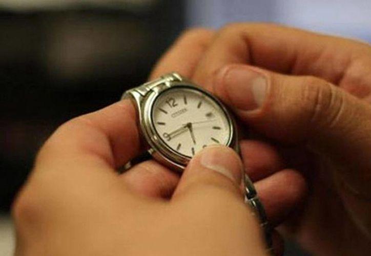 Hoy antes de dormir, adelante su reloj una hora de modo que al día siguiente reanude sus actividades con el nuevo horario. (provincia.com.mx)