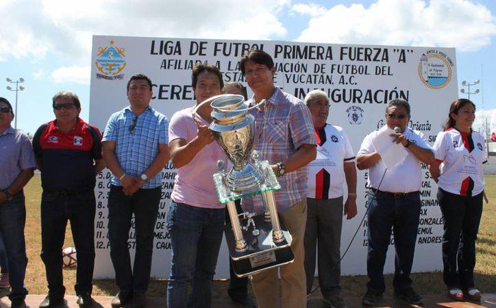 Los directivos de la Liga aprovecharon la inauguración para premiar a los mejores equipos de la Temporada 2015-2016.(Marco Moreno/Milenio Novedades)