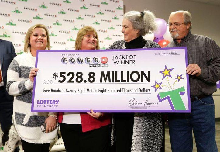 La lotería Powerball reparte en Estados Unidos miles de millones de dólares cada año. El de enero pasado enregó tres premios de 528 millones 800 mil dólares cada uno. (Archivo/AP)