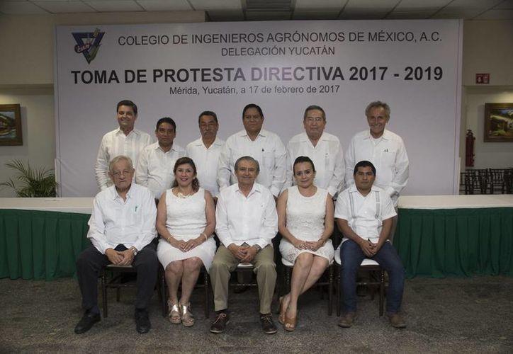 Luis Novelo Piña (al centro, abajo) está al frente de la nueva directiva del Colegio de Ingenieros Agrónomos de México, A. C., delegación Yucatán para el periodo 2017-2019. (Fotos cortesía del Gobierno)
