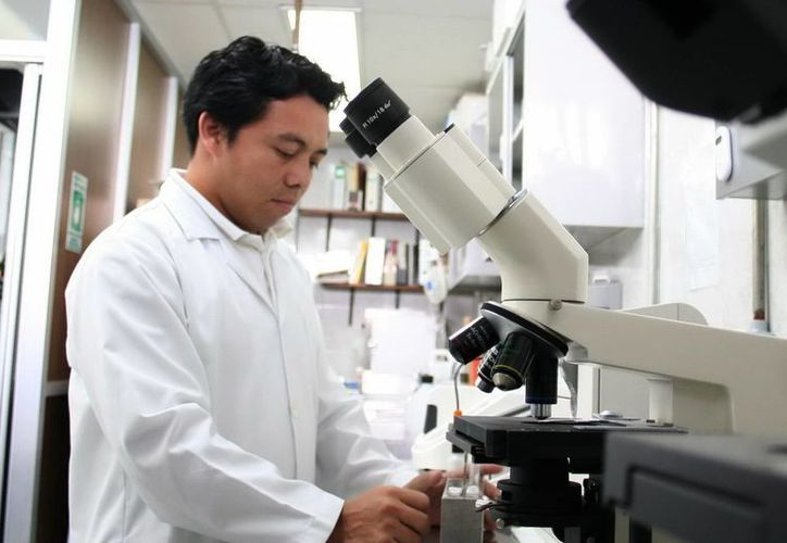 Zacatecas y Guerrero se suman a Yucatán en la falta de médicos. En la imagen, un médico durante un día de trabajo. (Milenio Novedades)
