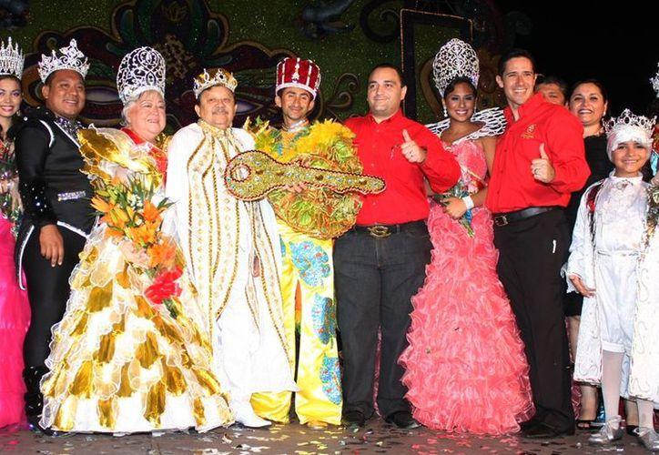 El gobernador del estado y el acalde de la isla, acompañados por los reyes del carnaval. (Redacción/SIPSE)