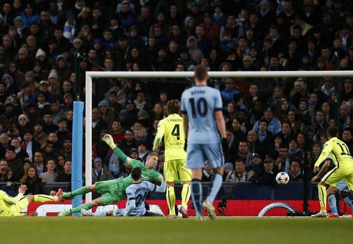 Luis Suárez al momento de anotar uno de sus goles ante Manchester United. Aunque Barcelona ganó, su rival aún tiene esperanzas de avanzar a cuartos de final gracias al gol de Sergio Agüero. (Foto:AP)
