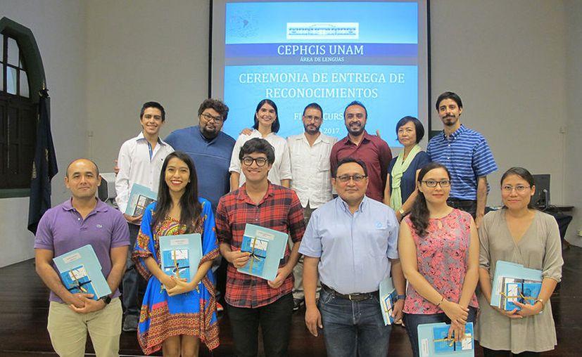En imagen, los egresados de los cursos de idiomas y autoridades del Cephis. (Milenio Novedades)