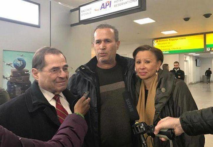 Hameed Khalid Darweesh, quien trabajó para el gobierno estadunidense en Irak durante 10 años y recibió su estatus de refugiado, fue detenido en el aeropuerto John F. Kennedy, de Nueva York, y más tarde liberado. (Foto: AP)
