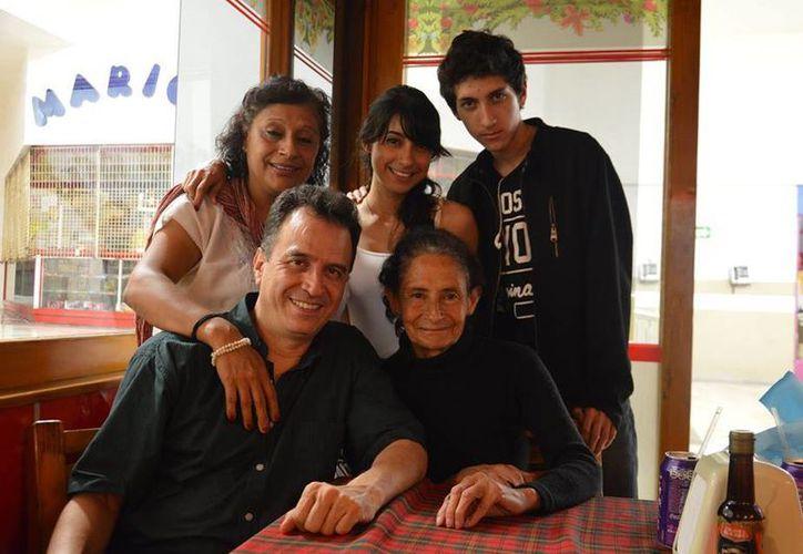 Luis Luna Guarneros (i) con integrantes del Coro de la Universidad Veracruzana. La foto es de mayo del año en curso. (Foto tomada del Facebook de Luis Luna)