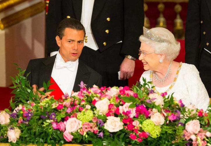 Peña Nieto durante la cena de Estado que la reina Isabel II ofreció en su honor durante la visita que el mandatario mexicano realizó en marzo al Reino Unido. Para este viaje, la Presidencia erogó más de siete millones de pesos. (Archivo/Presidencia)