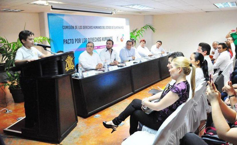 Durante el evento, el niño Javier Ortega Chargoy dirigió un mensaje alusivo a la importancia del derecho a un medio ambiente sano. (Cortesía)