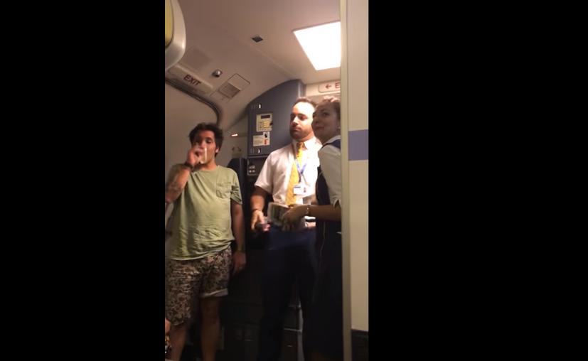 El sobrecargo cantó su versión del tema de Luis Fonsi. (Captura de pantalla/YouTube)