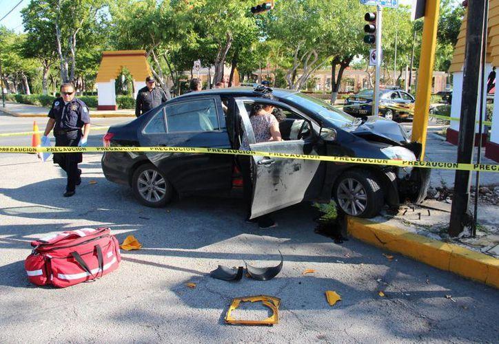 El vehículo terminó impactándose contra el semáforo del cruce de la Avenida Colón con el parque Las Américas. (SIPSE)