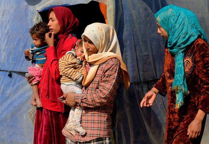 La Organización de Naciones Unidas (ONU) aseguró en un informe que las acciones de el Estado Islámico puede ser consideradas crímenes con la humanidad. En la imagen, utilizada  solo como contexto, una mujer iraquí abandona una población, ante el avance de la organización extremista. (AP/Archivo)