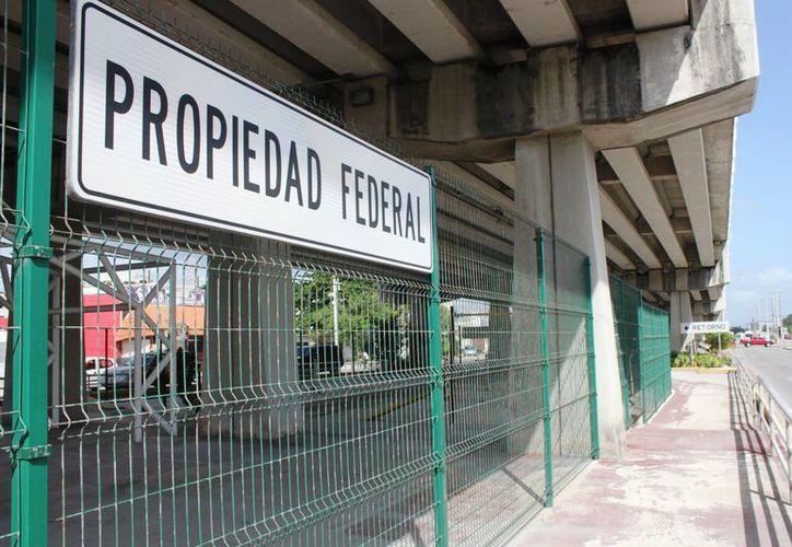 Los espacios debajo de los puentes federales continúan si ser aprovechados debido a la falta de certidumbre jurídica. (Daniel Pacheco/SIPSE)