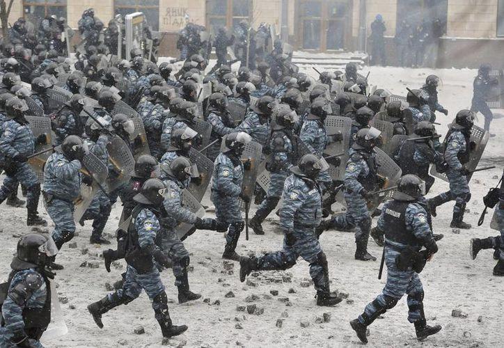Un grupo de agentes antidisturbios 'Berkut' (Águila) se enfrenta con manifestantes antigubernamentales en el centro de Kiev, el pasado mes de enero. (EFE)