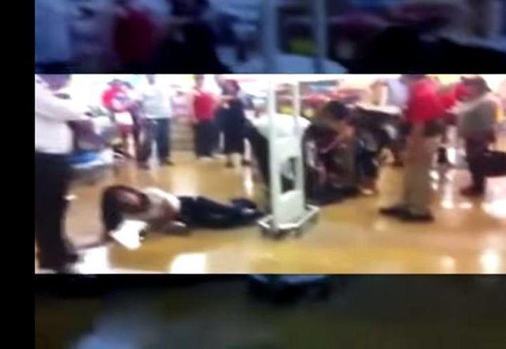 La mujer tuvo que ser liberada, ya que no se pudo comprobar que haya sustraído algún artículo de la tienda. (YouTube)