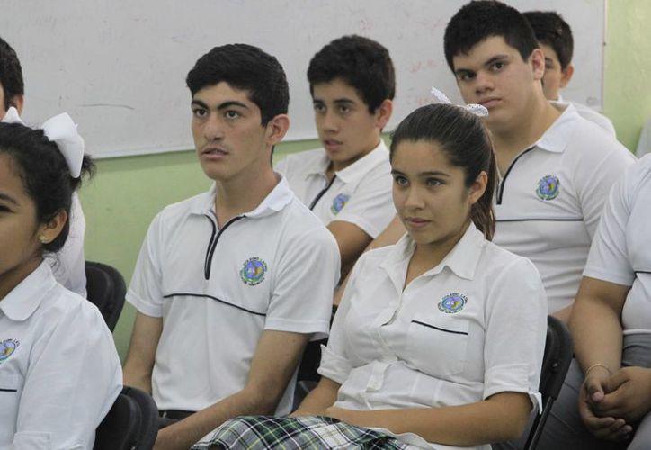Los jóvenes no cuentan con la información suficiente para conocer el riesgo que se corre en las redes sociales. (Harold Alcocer/SIPSE)