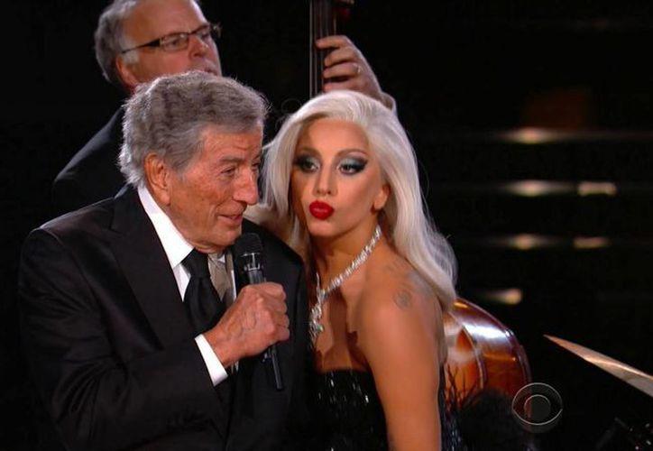 La pareja conformada por Gaga y Bennett retomarán su gira, luego de la cancelación el Martes pasado en Londres. En la foto, Lady Gaga y Tony Bennett durante su actuación en los premios Grammy (AP)