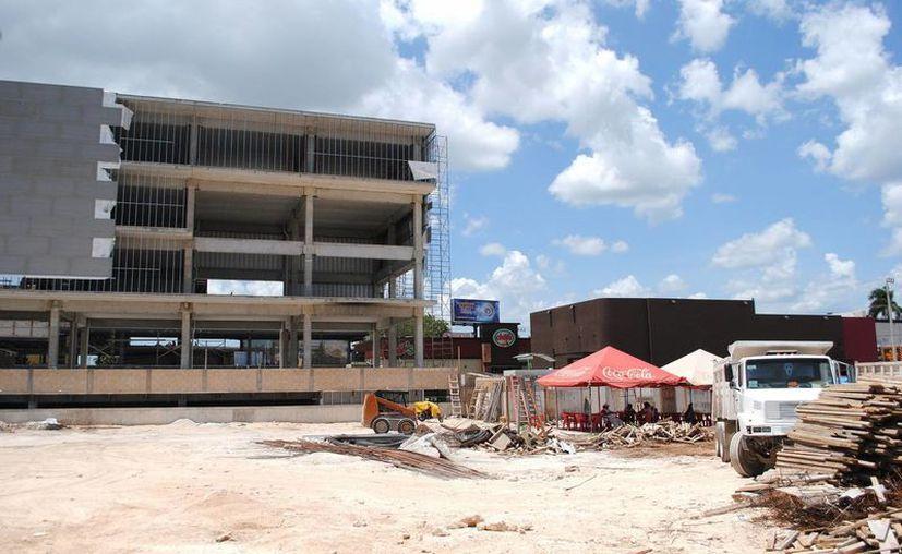 En el norte de la ciudad continúa el desarrollo de complejos comerciales. Imagen de la construcción de una plaza comercial. (Milenio Novedades)