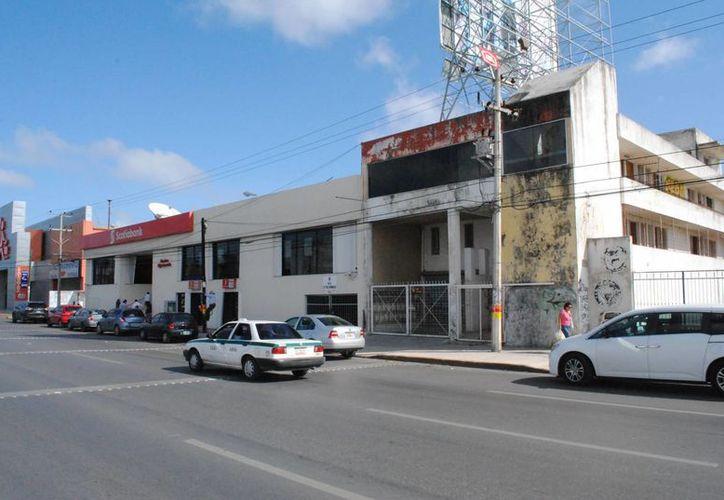 Los delincuentes rompieron el muro del edificio abandonado para ingresar al banco. (Eric Galindo/SIPSE)