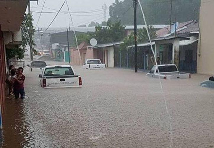 Las lluvias de las últimas horas ocasionaron el desbordamiento de un arroyo en el municipio de Huixtla, Chiapas. (@PonchoTGz).