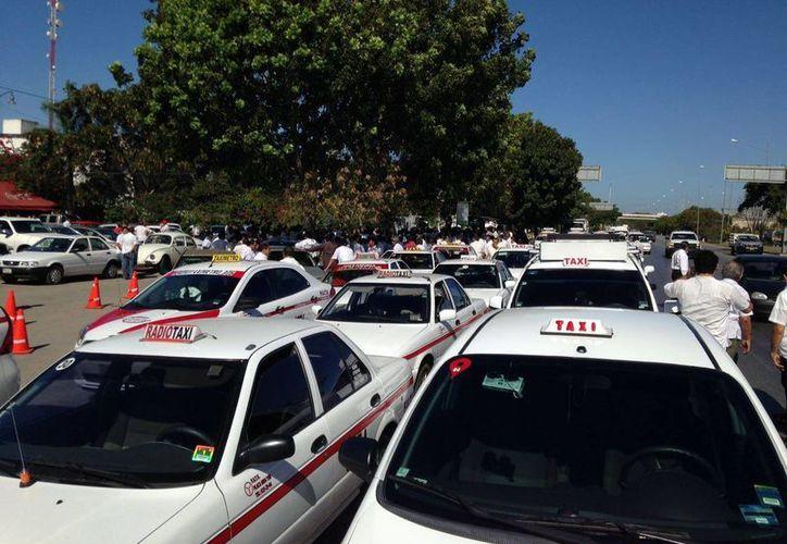 Los integrantes del FUTV llegaron desde muy temprano a manifestarse en las puertas de la Dirección de Transporte del Gobierno del Estado. (Israel Cárdenas/Milenio Novedades)