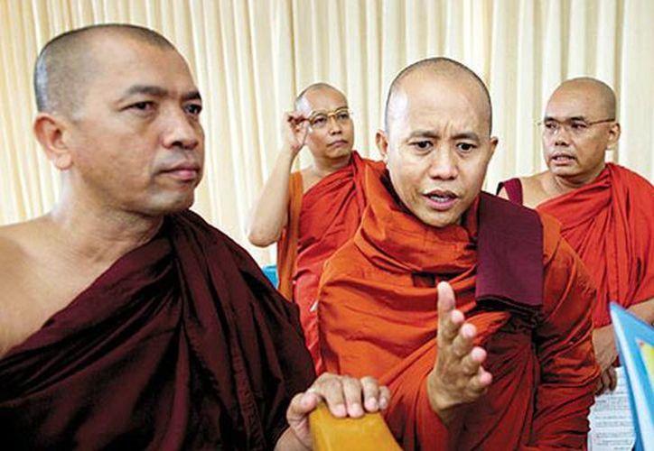 Monjes budistas acusan de la violencia sectaria a los musulmanes. (Foto tomada de todayszaman.com)