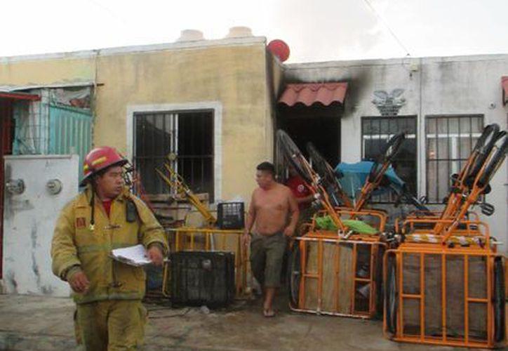 Cuando los Bomberos llegaron el incendio ya había sido sofocado por los vecinos. (Redacción/SIPSE)