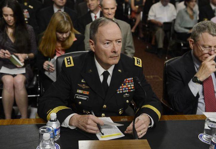 El general estadounidense Keith B. Alexander (i), comandante del cibercomando estadounidense, director de la Agencia de Seguridad Nacional. (EFE)