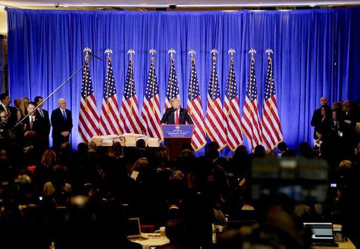 En la conferencia de prensa Donald Trump se pronunció sobre su negocio, el polémico y costoso programa del cazabombardero F-35 , las relaciones con Rusia y el muro con México. (AP Photo/Evan Vucci)