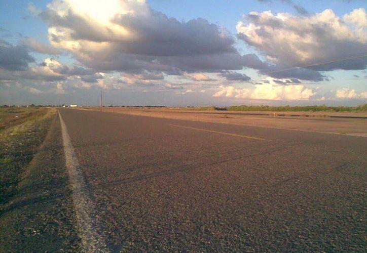 """Carretera """"Aguamitas-Navolato"""", tramo donde los viajeros vieron a un niño y sintieron la lluvia de piedras. (Jorge Moreno/SIPSE)"""