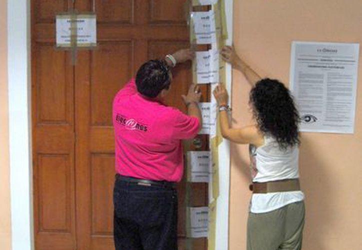 Momentos en que el material electoral fue resguardado en una bodega, en el distrito XI. (Tomás Álvarez/SIPSE)