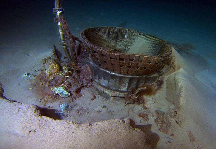 Esta imagen proporcionada por Bezos Expeditions muestra parte de un propulsor del cohete de la nave Apollo, en el fondo del Atlántico. (Agencias)